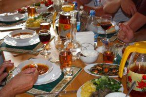 Застолье в летнем кафе в Эко-деревне Раздолье